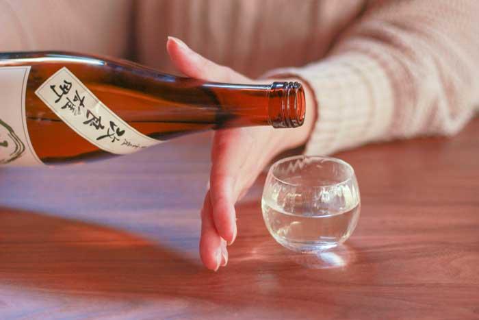 日本酒を注ぐ様子